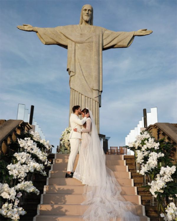 A Couple Posing in front of Christ the Redeemer