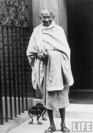 Mahatma_Gandhi_standing_outside_10_Downing_Street_in_1930