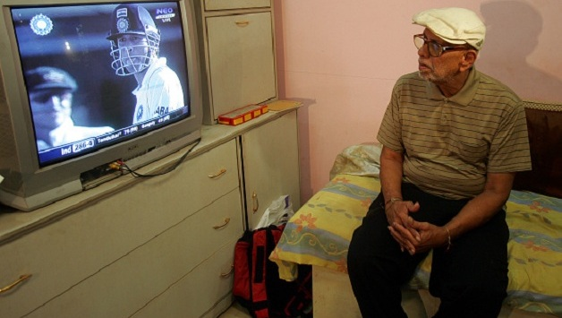 Ramakant Achrekar Watching Sachin Tendulkar Playing on Television