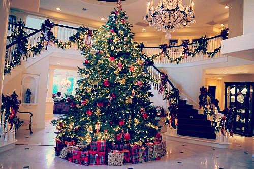 big-house-chandelier-christmas-christmas-tree-Favim-compressed