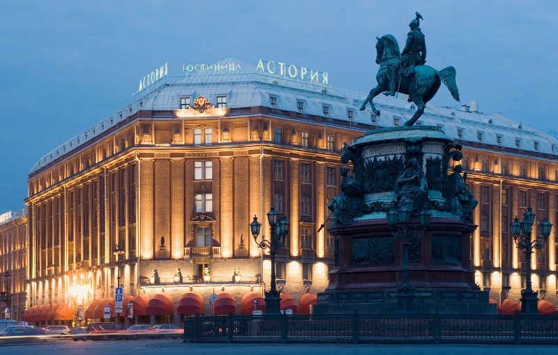 Гостиница Астория и памятник Николаю первому. Санкт-Петербург.
