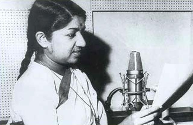 lata-mangeshkar-singing