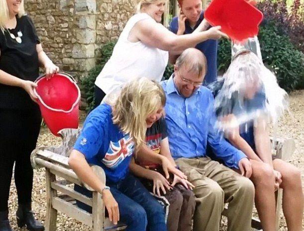 stephen-hawking-ice-bucket-challenge