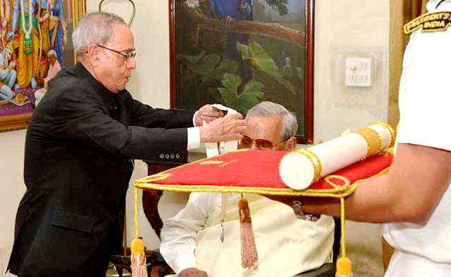 atal-bihari-vajpayee-receiving-bharat-ratna-award