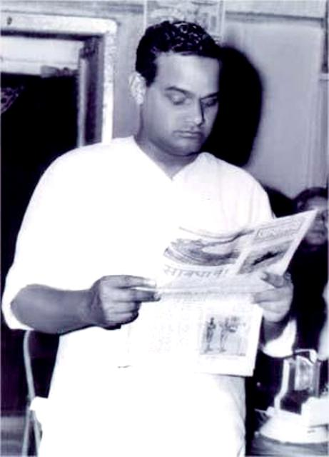 atal-bihari-vajpayee-with-newspaper