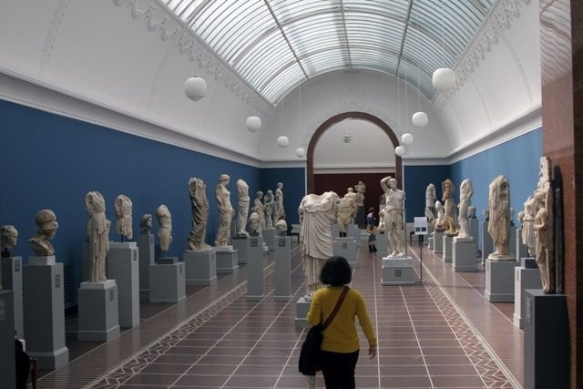 Nella and Hall of Roman Statuary, in National Gallery