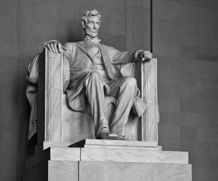 Sitting statue of Lincoln
