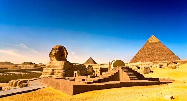 The great Sphinx with the Pyramid of Giza