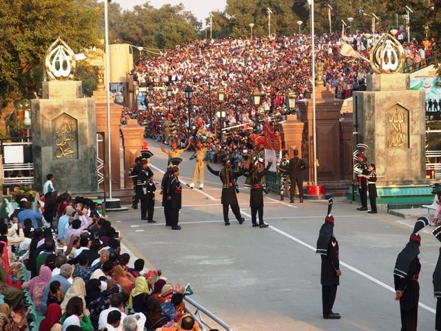 Indian and Pakistan guards on the border