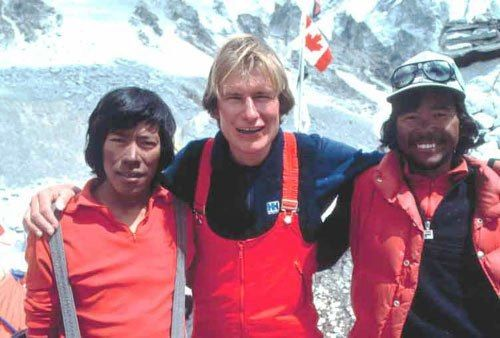 Laurie Skreslet (Center) at the top of the Mount Everest